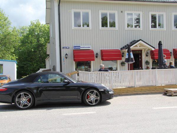 Porsche utanför Lanna Bokcafe